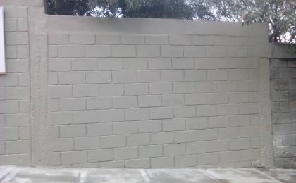 Muro estructural con anclajes en vigas y columnas